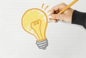 Hand drawing a light bulb on a paper Kulturelle Bildung Digitale Kulturvermittlung Wissen